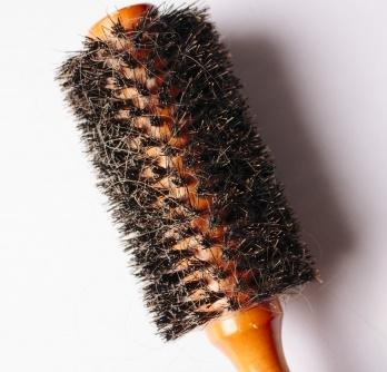くしについたほこりや汚れを簡単に取る方法!(豚毛や空気穴アリのマッサージブラシも!)