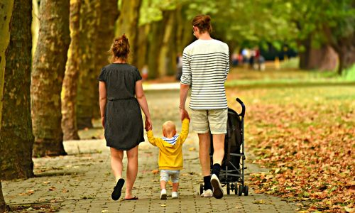 抱っこひもはいつまで使う?ベビーカーは何歳まで?保育園や幼稚園ではどっちが良い?